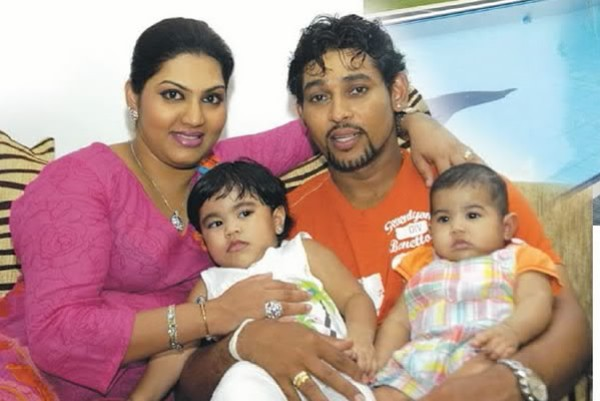 snaps of tillakratne dilshan and his wife manjula thilini